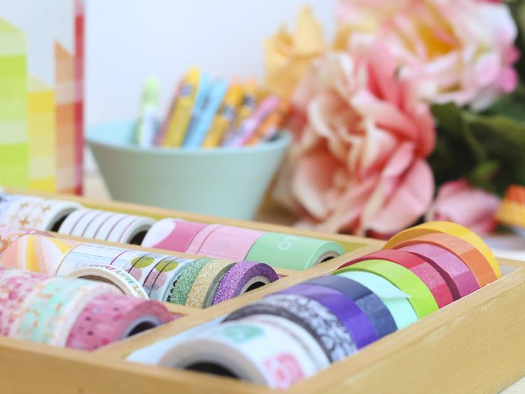 para decorar cualquier elemento de cristal con washi tape lo primero es limpiar bien la superficie donde vas a pegar el washi tape y secarla